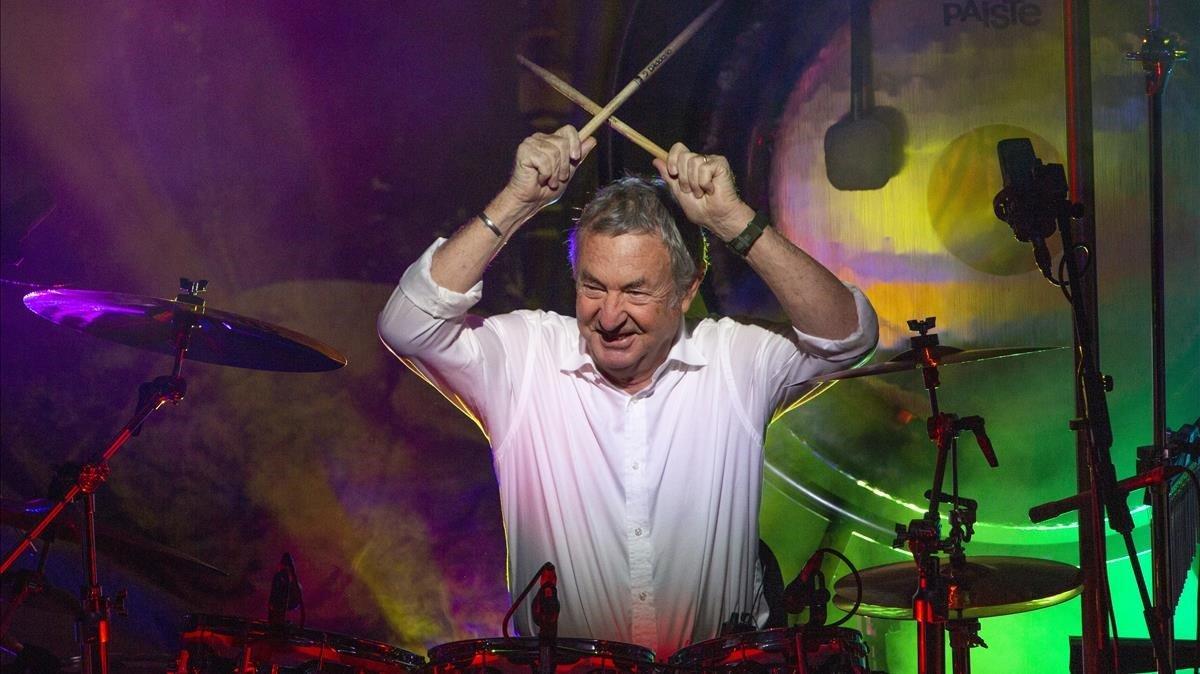 El batería de Pink Floyd, Nick Mason, tocando con su bandaSaucerful of Secrets en Portsmouth (Reino Unido), en el 2018.
