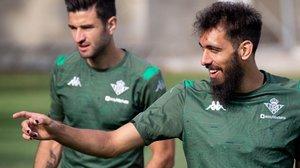 Borja Iglesias, en un gesto durante un entrenamiento de esta semana, ya con las uñas pintadas de negro.