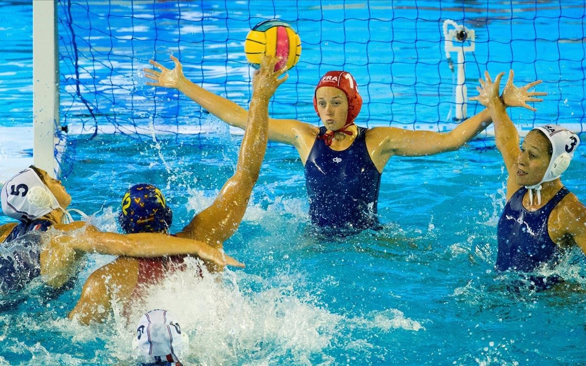 La boya española Paula Leiton lanza a portería ante Guillet y Bachelier, en el partido de cuartos