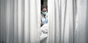Una enfermera, durante una operación quirúrgica.