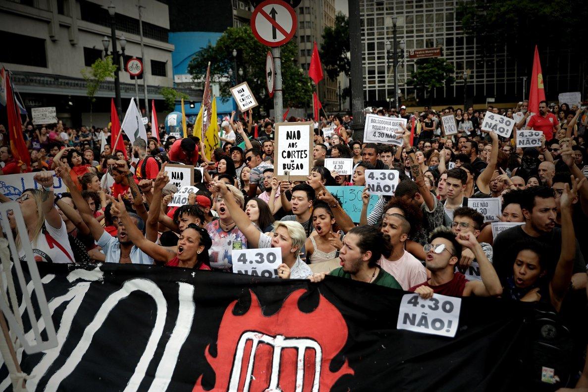 Manifestantes protestan contra el aumento del precio del transporte públicoen Sao Paulo (Brasil) en medio de un fuerte dispositivo policial y sin que se registrasen incidentes graves. EFE/Fernando Bizerra Jr