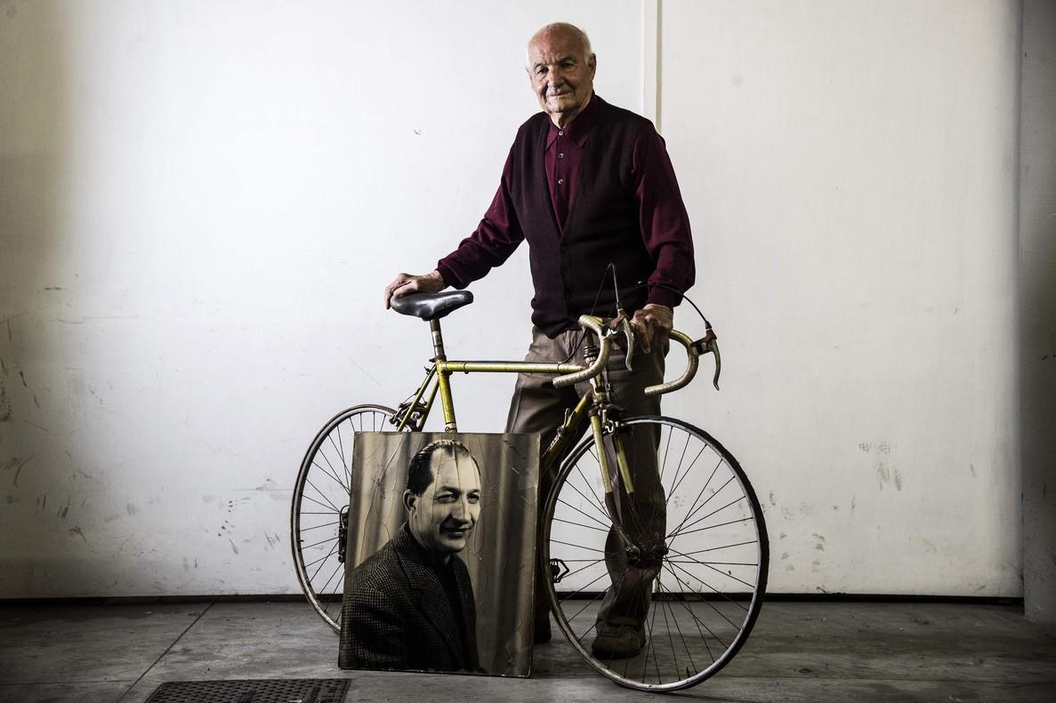 Bruno Giannelli, con una vieja bicicleta de Gino Bartali.