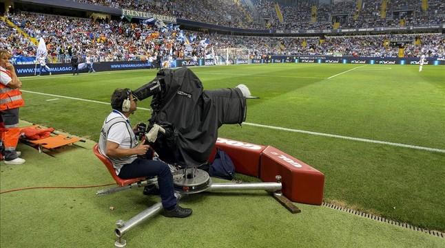 Camara de television siguiendo en La Rosaleda el partido de liga entre el Malaga y el FC Barcelona.