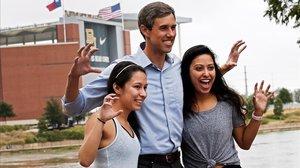El candidato demócrata para senador por Texas, Beto ORourke, posa junto a dos seguidoras en la localidad de Waco.