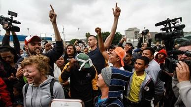 EEUU admite a los primeros solicitantes de asilo de la caravana de inmigrantes