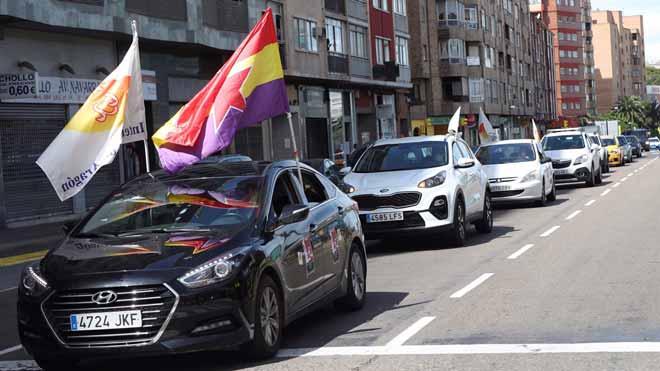 Caravana de coches en Zaragoza para celebrar el Primero de Mayo.