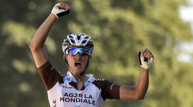 El ciclista francès Alexis Vuillermoz celebra la seva victòria en la vuitenaetapa del Tour, al creuarla línia de meta al Mur de Bretanya.