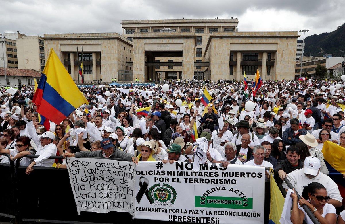 Ciudadanos participan en una marcha contra el terrorismo en BogotaColombiaMiles de colombianos se tomaronlas calles de todo el pais para protestar contra el terrorismo quese cobro la vida de 20 cadetes y dejo 68 heridos por la detonacion de una camioneta bomba en la Escuela de la Policia en Bogotaataque atribuido a la guerrilla del ELNEFELeonardo Munoz