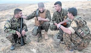 El combatiente 8 Jordan Matson, el segundo por la izquierda, junto a varios combatientes kurdos.