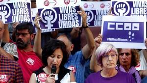 Concentración de UGT y CCOO contra el incremento de crímenes machistas este verano, este martes en Oviedo.