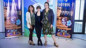 Thais Villas, presentadora de 'Control T' (TV-3), con las actrices de 'Polònia' Anna Bertran y Alba Flojerachs, colaboradorasdel programa.
