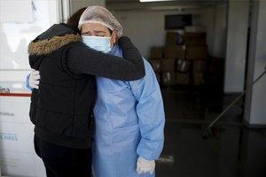 Una persona se recupera de COVID-19 en un hospital de Argentina.
