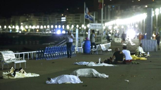 Cossos a terra, després que un camió envestís una multitud a Niça.