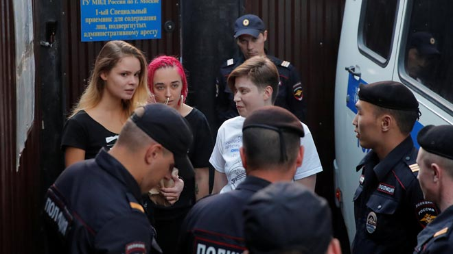 La policía espera en la puerta de la carcel para detenera cuatro Pussy Riot, la pisar la calle.