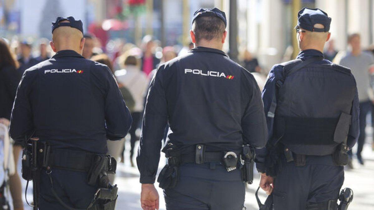 Policías nacionales patrullando.