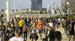 Decenas de personas pasean y hacen deporte en el paseo marítimo de Barcelona, muchas de ellas sin mascarilla, el 3 de mayo.
