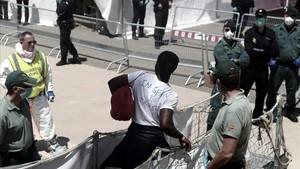 Desembarco de inmigrantes en Valencia a bordo del Aquarius.
