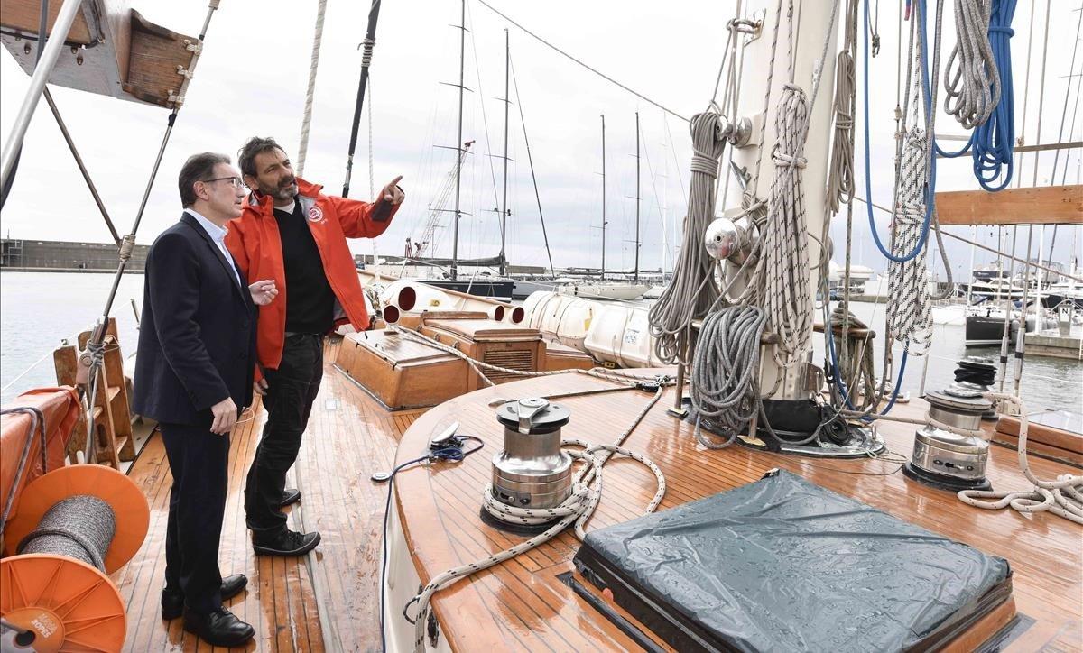 El director general de la Fundación la Caixa, Jaume Giró (izquierda), y el fundador ydirector de Open Arms, Òscar Camps, a bordo del 'Astral', en el Moll de Badalona.