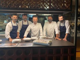 El equipo de Disfrutar, uno de los restaurantes de Barcelona con buena comida a domicilio y para llevar.