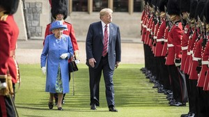 Donald Trump y la reina Isabel II en su paseo frente a la Guardia de Honor.