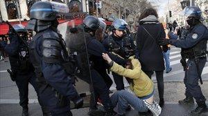 Enfrentamientos entre manifestantes y policías en la Gare de Lyon.