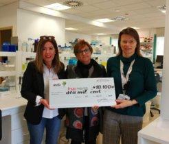 Entrega de los 10.100 euros redaucados por Mil i una Nineka al Sant Joan de Déu