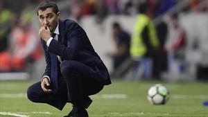 Ernesto Valverde medita durante el Atlético-Barça jugado en el Metropolitano.