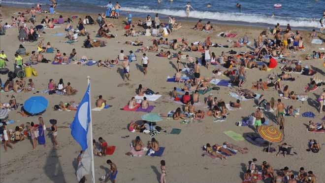 España lucirá 688 banderas azules este verano, como explica el presidente de la Asociación de Educación Ambiental y del Consumidor, José Ramón Sánchez Moro. En la foto, bandera azul en la playa de Sant Sebastià i Sant Miquel, en Barcelona.