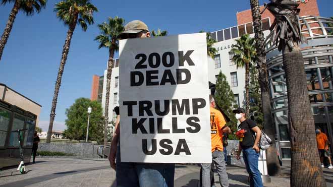 Estados Unidos roza los 200.000 muertos por la COVID-19 en una encrucijada electoral. En la imagen, una protesta en Los Ángeles.