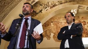 El exconseller Santi Vila junto a Pepe Serra, director del MNAC, durante una rueda de prensa en julio del 2016