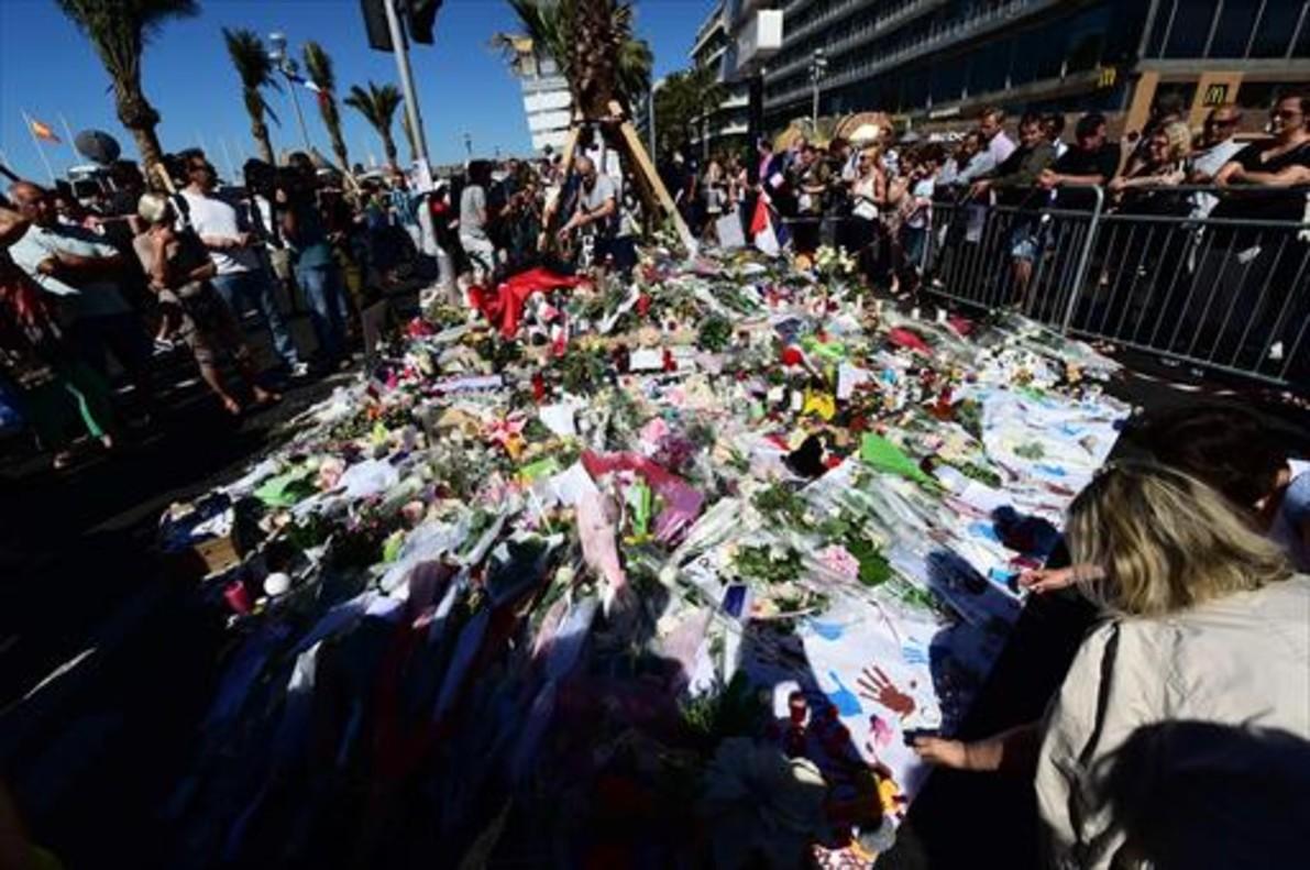 Flores, velas y mensajes, en el paseo de los Ingleses de Niza.