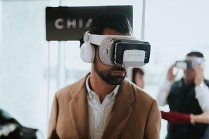 Un usuario con las gafas de realidad virtual de Chiara.