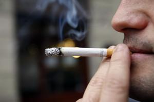Un home fumant en un carrer de Barcelona.