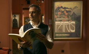 Gabriel Pinós, con el catálogo de la exposición 'Barcelona i Els Quatre Gats. Un gir vers la modernitat', en la galería Gothsland.