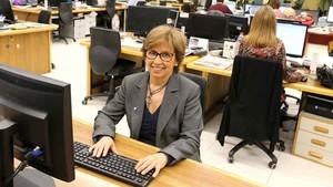 La gestora experta en fiscalidad, Concha Forteza, en la redacción de El Periódico respondiendo a los lectores.