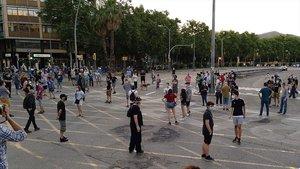 Los manifestantes en la confluencia de la Avenida Meridiana con Fabra i Puig, después de 151 días de cortes, interrumpidos por el covid-19.