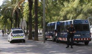 Guàrdia Urbana y Mossos d'Esquadra, en el paseo de Joan de Borbó, en Barcelona.