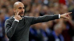 Guardiola avisa a sus jugadores del Manchester City durante la final de la Carabao Cup ante el Chelsea.