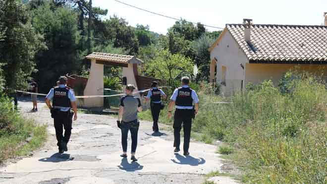 Los Mossos en el sitio donde han encontradoun hombre muerto con signos de violencia en un bosque de Calonge