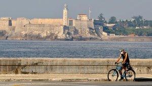 Un hombre pasa con su bici por el malecón de La Habana, el pasado día 21.