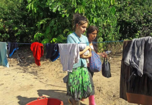 Patricia Aguilar con su bebé y otra de las víctimas, en la selva de Perú donde fueron rescatados.