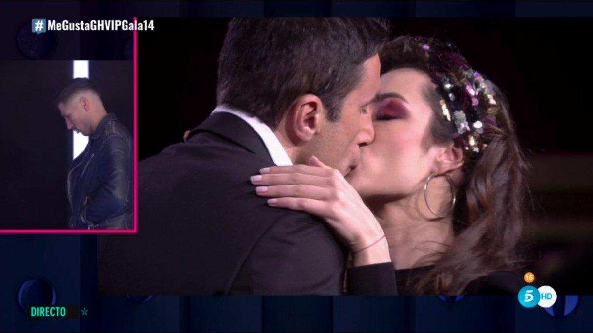 Hugo y Adara besándose en el búnker de 'GH VIP 7'.