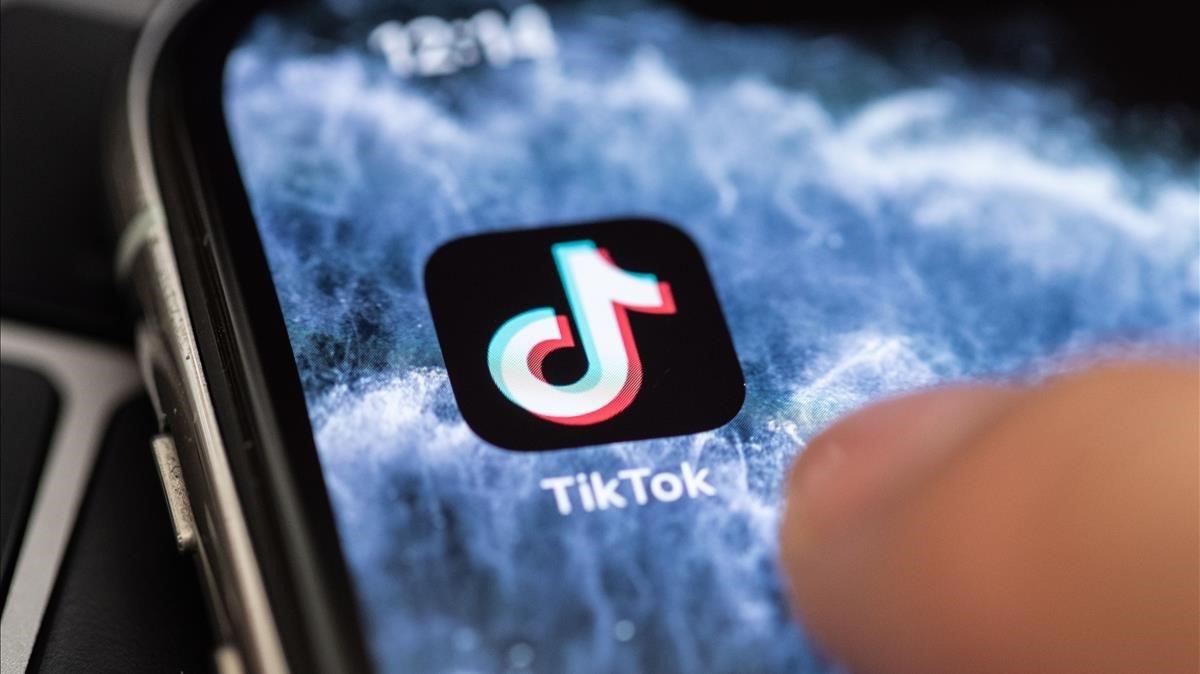 Icono de TikTok en un teléfono móvil.