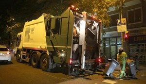 Camión de recogida de basuras, en la calle Escorial.