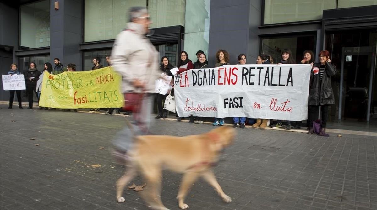 Ungrupo de trabajadores de centros de menores de la fundación FASI protestan ante la sede de la DGAIA por los recortes, el pasado diciembre.