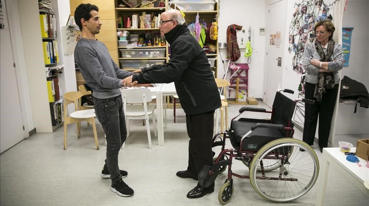 Otman y Joan en la sala de terapia ocupacional del Hospital de Sant Pau, este martes.