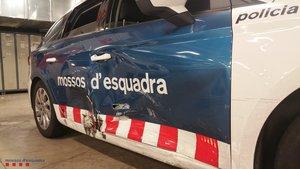 Imagen del vehículo de los Mossos dañado durante la persecución policial