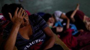 Un momento de descanso de un grupo de hondureños de la caravana de migrantes.