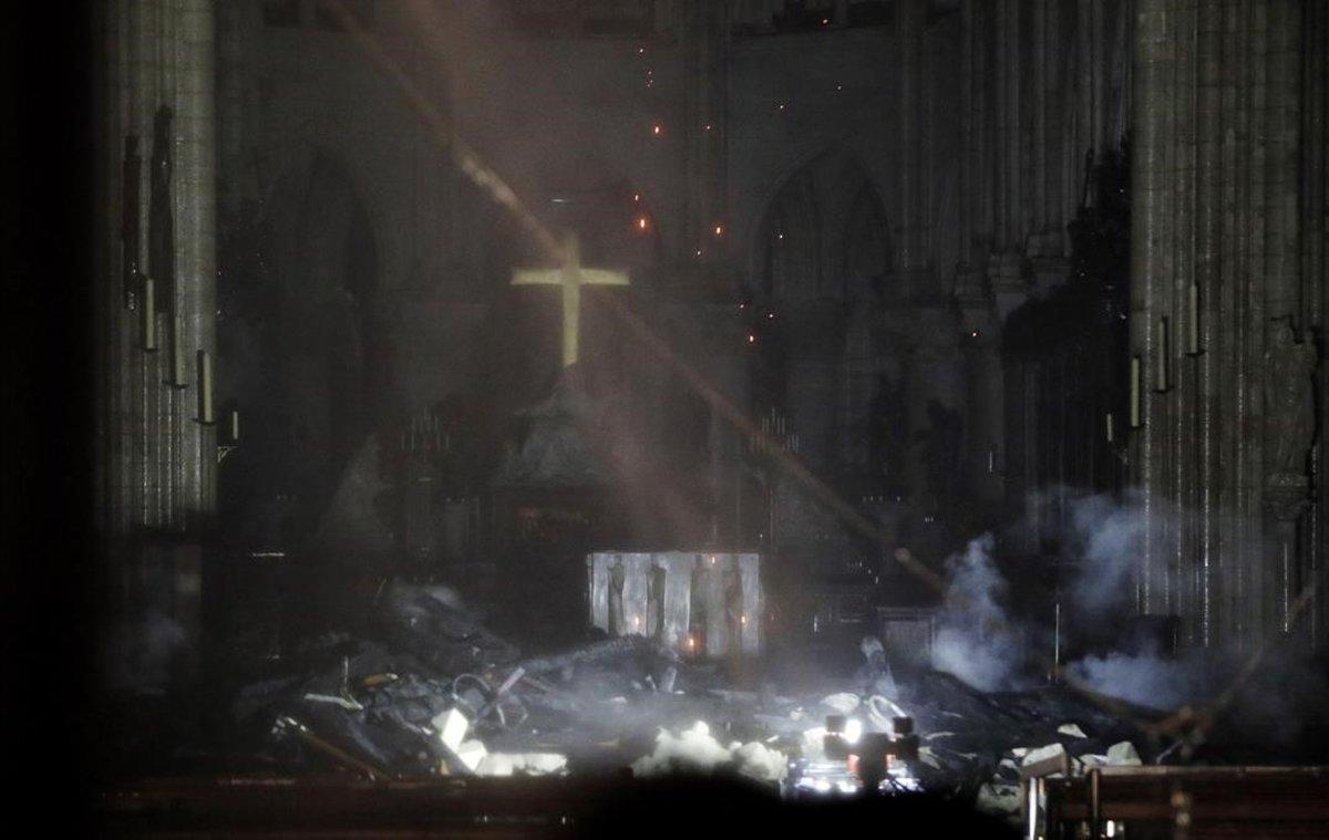 El interior de la catedral de Notre Dame de París.