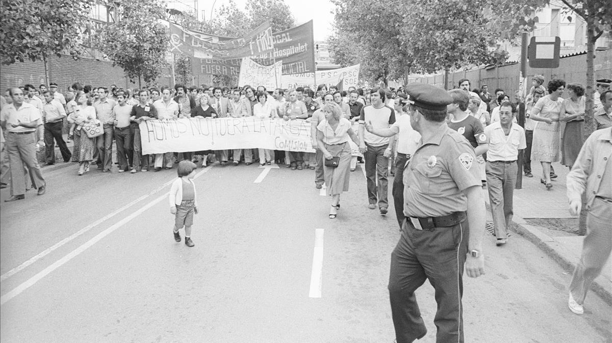 Manifestación en contra de las emisiones de humos de la metalúrgica de la Farga, en Sant Josep, en 1980.